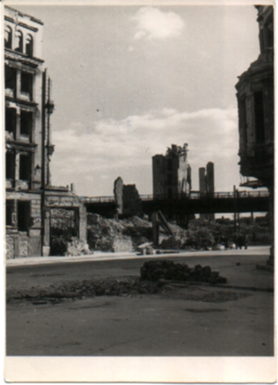 Schwarz-Weiss-Bild, Berlin, eine zerstörte Kirche und die Hochbahgleise/bild11.jpg