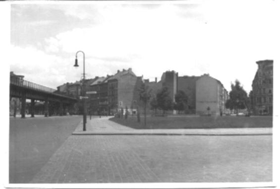 Schwarz-Weiss-Bild, Berlin, eine Strassenecke Hochbahgleise/bild32.jpg