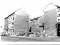 Schwarz-Weiss Aufnahme, Berlin, Strassenecke, zwei Brandwände von Mietskasernen