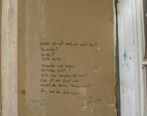 An eine Hauseingangswand steht eine längerer Text, er beginnt mit den Worten: Wenn wir alt sind, wer wohnt hier?