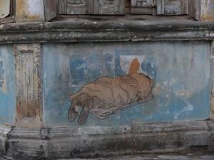 Detailaufnahme Kiosksockel: Street Art Bild eines unter einer Decke schlafenden Menschen