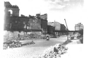 Schwarz/Weiss Aufnahme, Berlin, Prinzenstrasse, im Vordergrund die halbzerstörten Gasometer