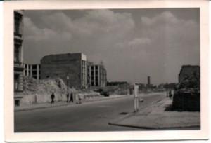 Schwarz-Weiss-Bild, Berlin, Trümmer und zerstörte Häuser