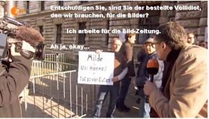 """Ein Reporter der heute-show spricht einen Demonstranten an, der vor dem Reichstag ein Schild hochhält: """"Milde für Uli Hoeneß"""""""