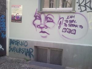 Graffiti eines Gesichts, Sprechblase: I am to shy to speak to 030. Darunter: Adorno Superstar.