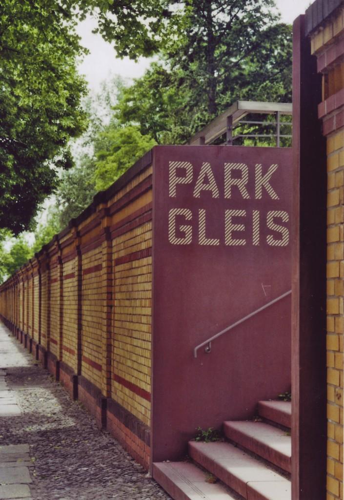 Eingang zum Park am Gleisdreieck, zu sehen ist nur die Schrift Park Gleis