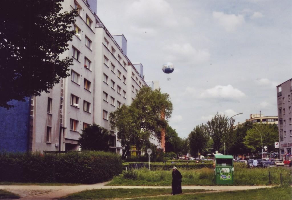 Blick in die Wilhelmstrasse, im Hintergrund schwebt der Welt-Ballon