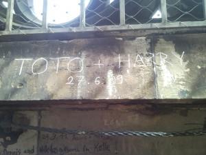 Detailaufnahme Kölner Dom Treppenwand: Toto+Harry, 27.6.09
