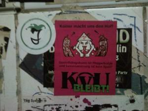 Aufkleber auf einer gefliesten Kneipenklowand: KvU bleibt!