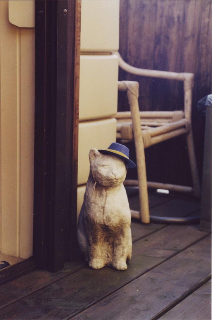 Katzenstatue sitzend, ihr wurde ein Hut aufgesetzt
