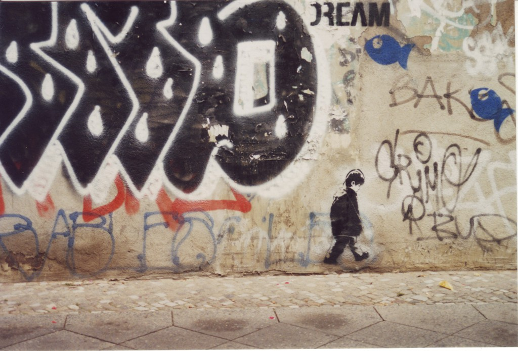 Eine über und über mit Grafftitis übersäte Wand
