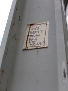 Street Art: Zettel an einem Ampelmast: Wo gehts denn hier zum Meer? Dr. N?