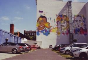 Wandgemälde Berlin Kreuzberg, Ritterstrasse: Obama, Merkel und Putin, grellbunt dargestellt in Form der drei Affen, die nichts sehen (Obama), nichts sagen (Merkel) und nichts hören (Putin)