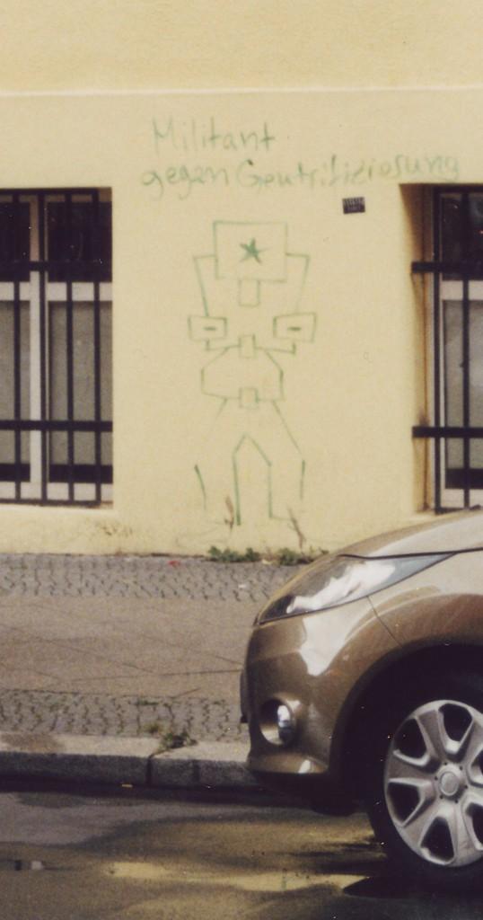 Schriftzug an einer Häuserwand: Militant gegen Gentrifizierung