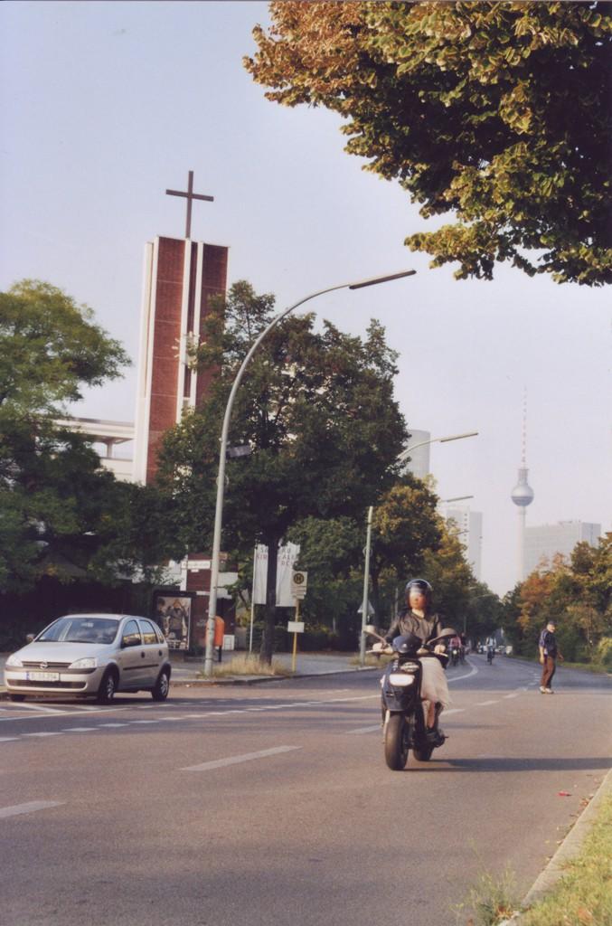 Blick auf die Lindenstrasse, im Hintergrund ist der Fernsehturm zu erkennen