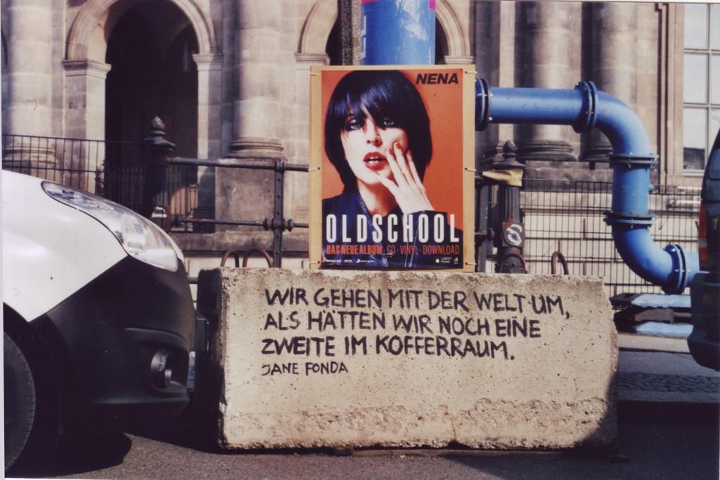 Werbeplakat für Nenas Oldschool-Album, auf einem Betonsockel stehend, auf dem Sockel ein Zitat von Jane Fonda: Wir gehen mit der Welt um, als hätten wir noch eine zweite im Kofferraum