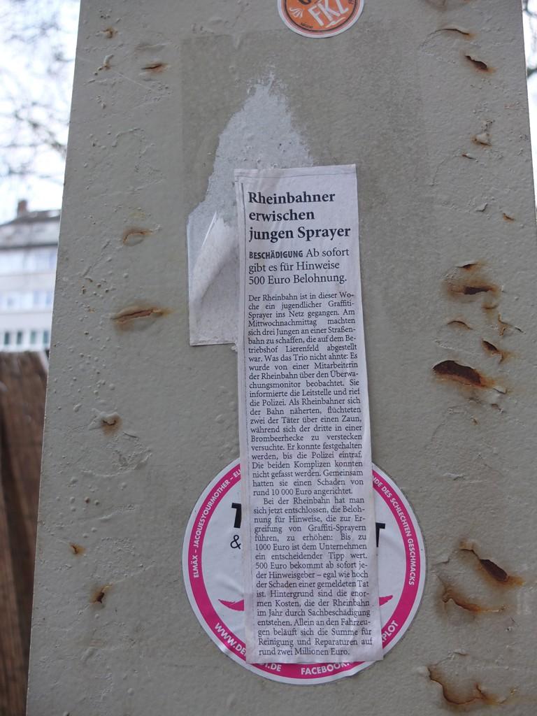 Ein ausgeschnittener Zeitungsartikel auf einem rostigen Ampelmast geklebt: Rheinbahner erwischen junge Sprayer