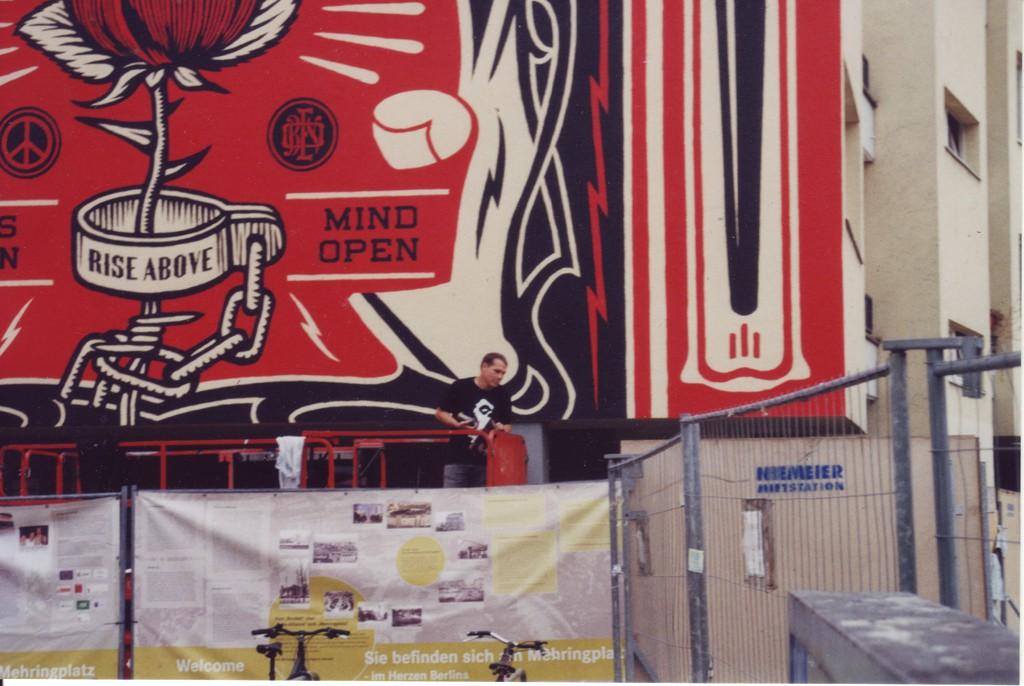 Detailaufnahme Shepard Fairey bei der Fertigstellung seines Murals (Make Love not war) am Mehringplatz