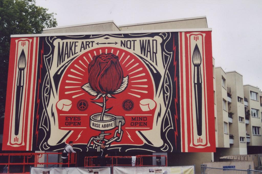 Shepard Fairey und ein Mitarbeiter bei der Fertigstellung seines Murals (Make Love not war) am Mehringplatz