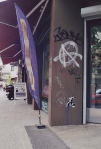 Diverse Graffitti an einem Haus/Geschäftseingang, unter anderem auch ein Wasserhahn, aus dem Wasser läuft