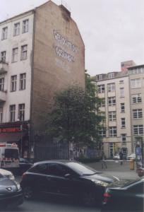 Schriftzug an einer Häuserwand: Revolution ist die einzige Lösung