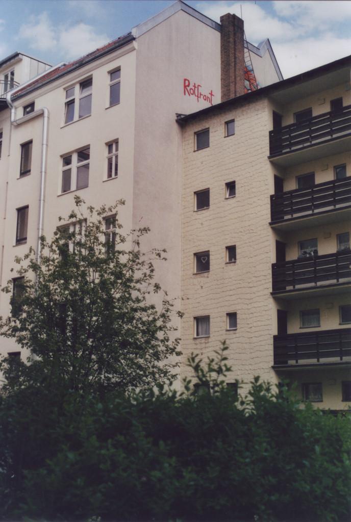 Schriftzug an einer Hauswand, oben unter dem Dach: Rotfront