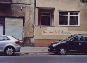 Schriftzug an einer Häuserwand: Don't stop Art!