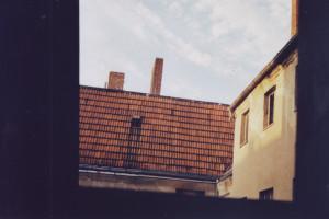 Blick aus dem Fenster auf ein Hinterhaus, verfallend