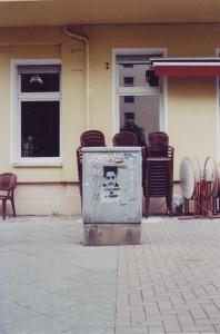 """Street Art auf einem Stromkasten: Ein Konterfei eines Menschen, darunter steht""""Your Mind is a Prison"""""""