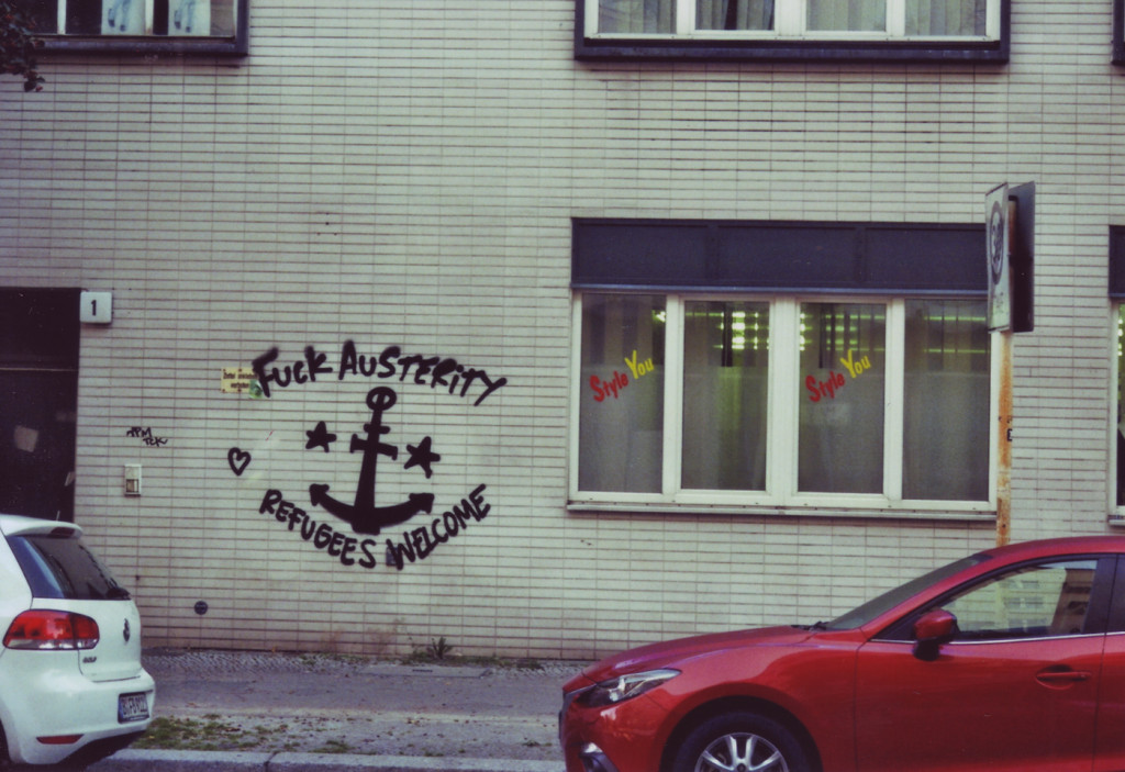 Graffiti, Text um einen Anker: Fuck Austerity, Refugees welcome
