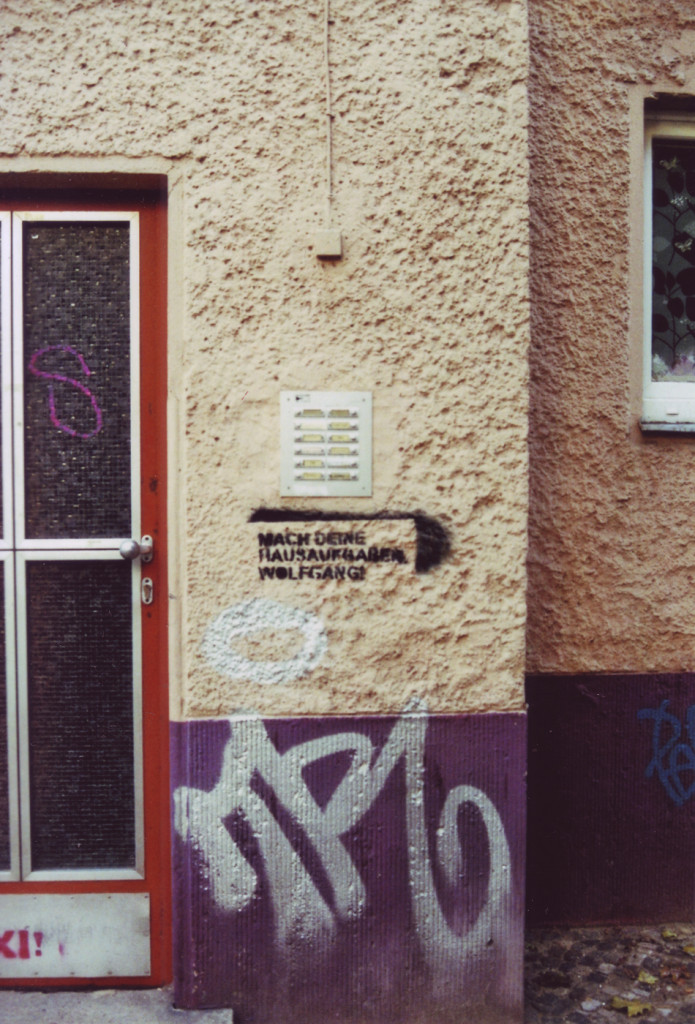 Stencil an einer Hauswand unter der Klingelleiste: Mach deine Hausaufgaben, Wolgang